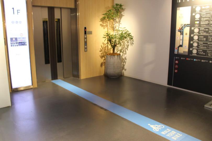 PLAYatre エレベーター前のブルーライン