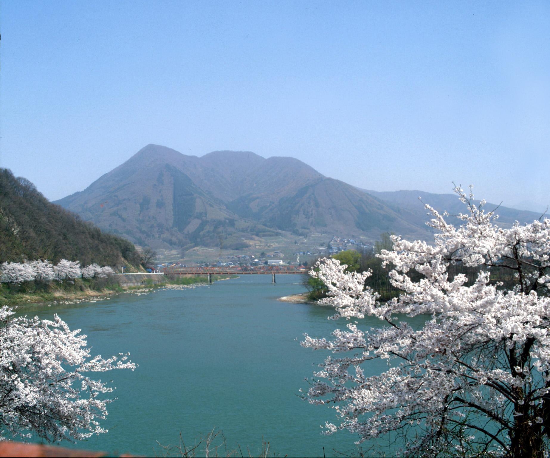 高社山と千曲川