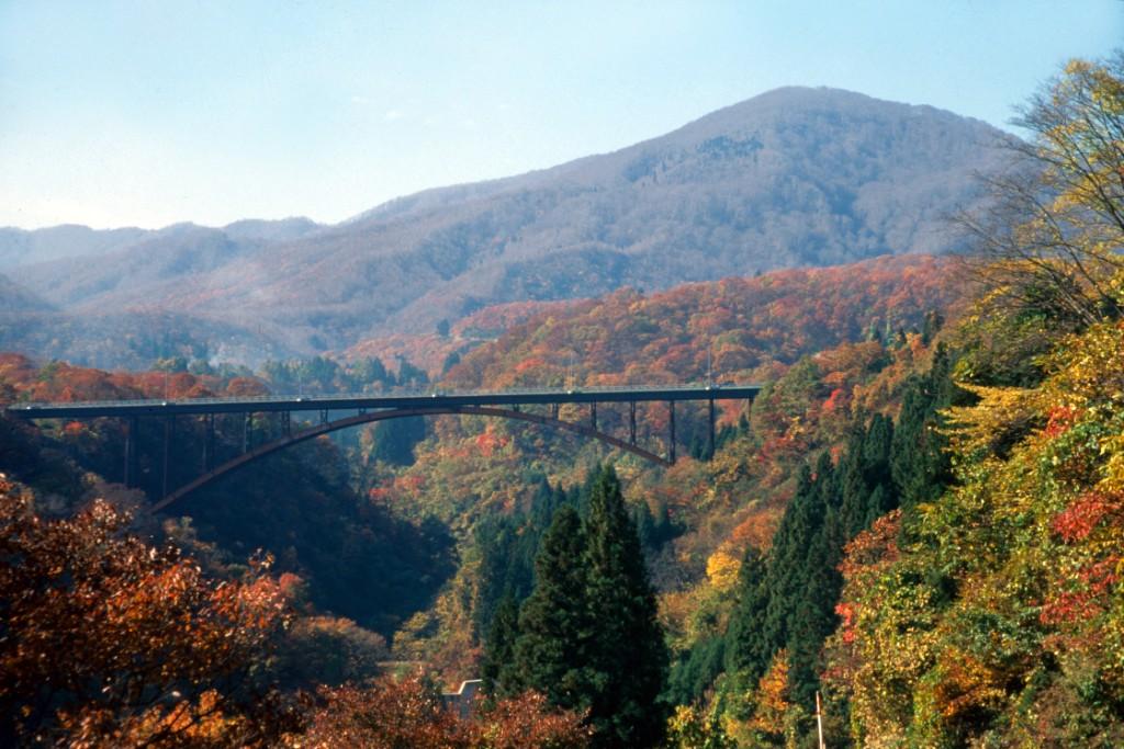 なべくら大橋と鍋倉山