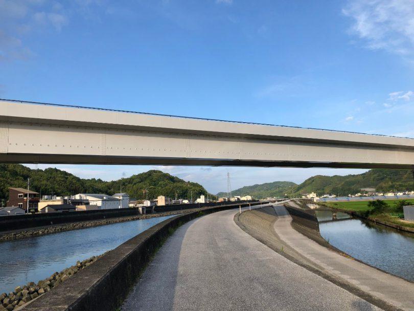 下田川沿いの道