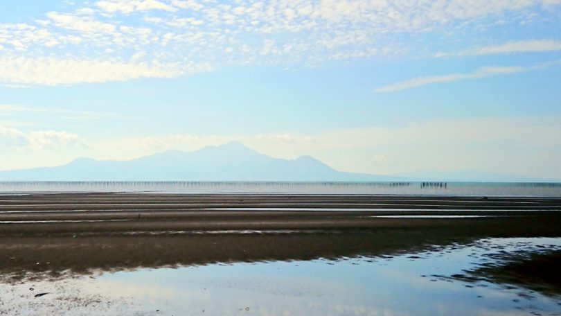 宇土半島の北側には遠浅と雲仙岳が美しい