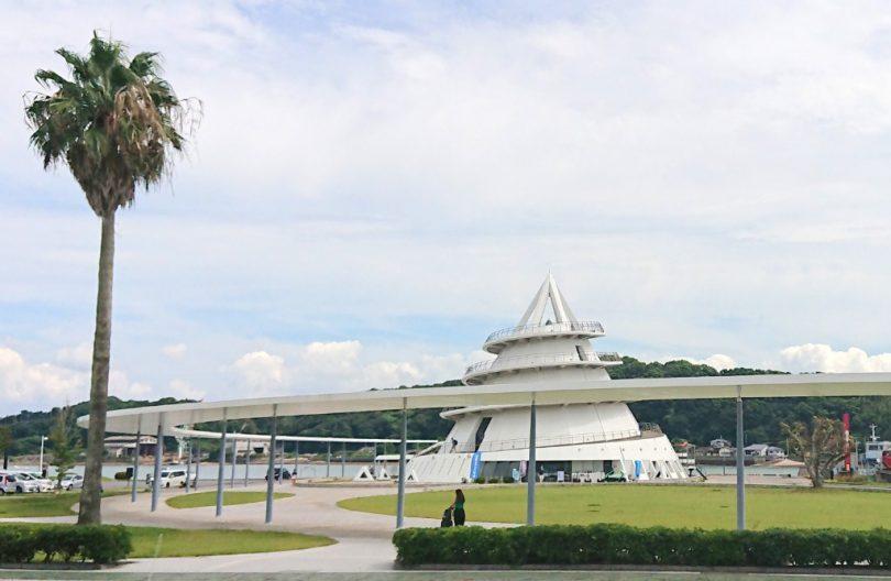三角駅の正面にはシンボリックな「海のピラミッド」も