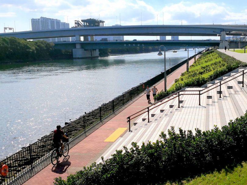 運河沿いの歩行者と自転車の水辺空間