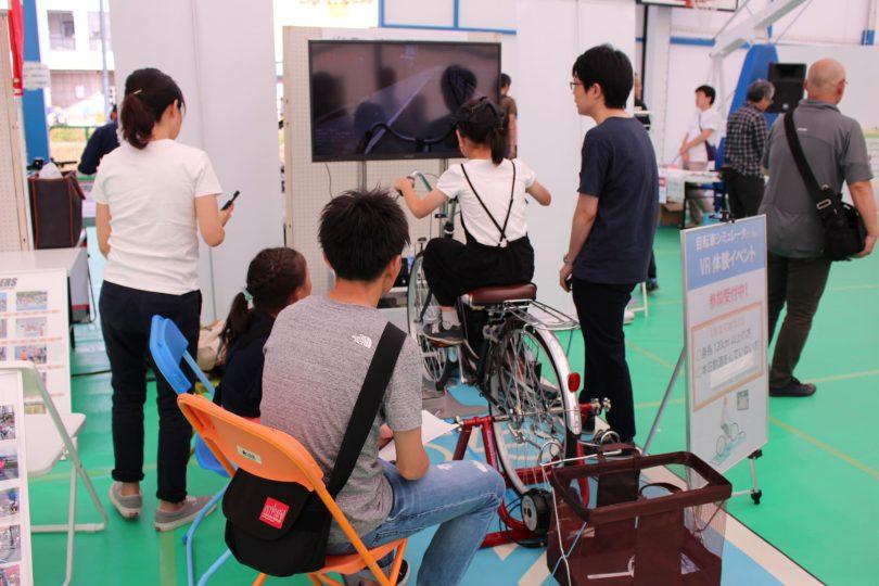 サイクルシミュレータを体験する小学生