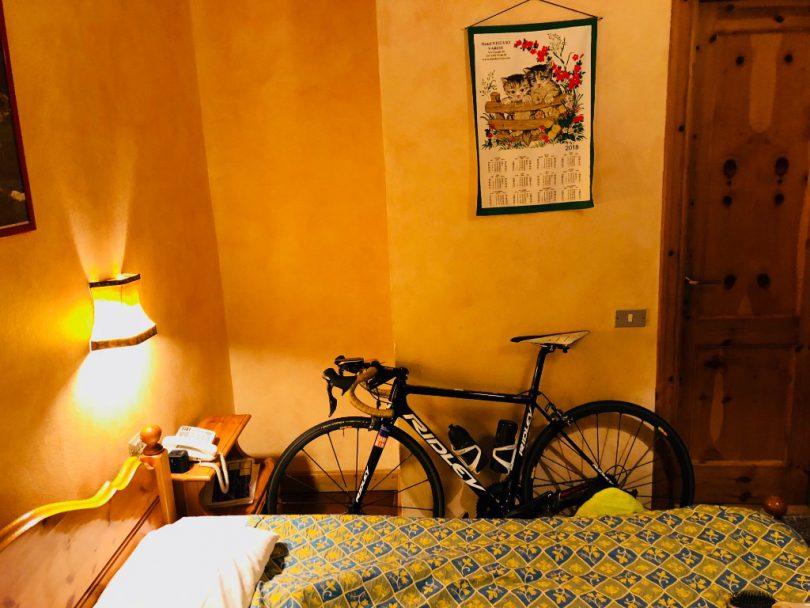 宿の中の自転車