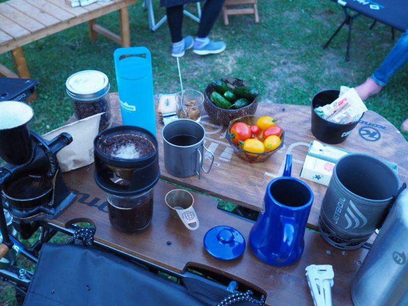 今晩のカフェテーブルにはコーヒーに、みなさんが持ち寄ってくださった野菜たち