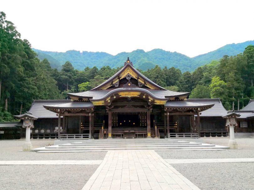 弥彦神社の拝殿
