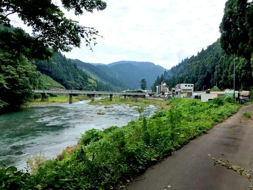 味見地区の川沿い