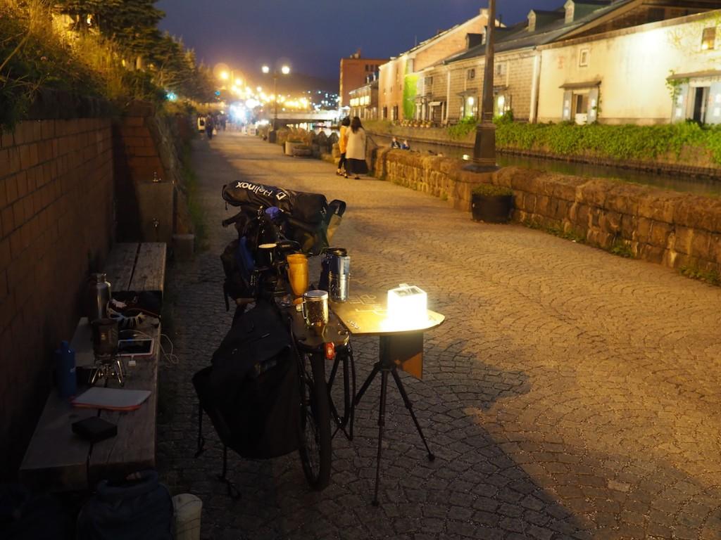 夜になっても人通りが絶えない小樽運河