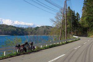 青木湖沿いの道
