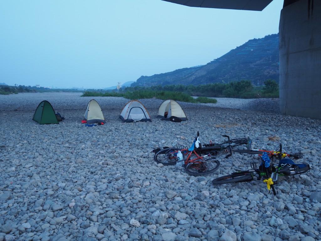 川辺でキャンプ