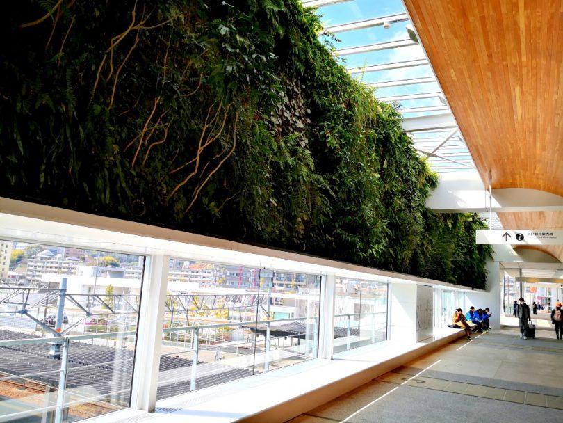 新山口駅南北通路「垂直の庭」