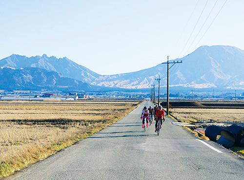 阿蘇五岳を望む道