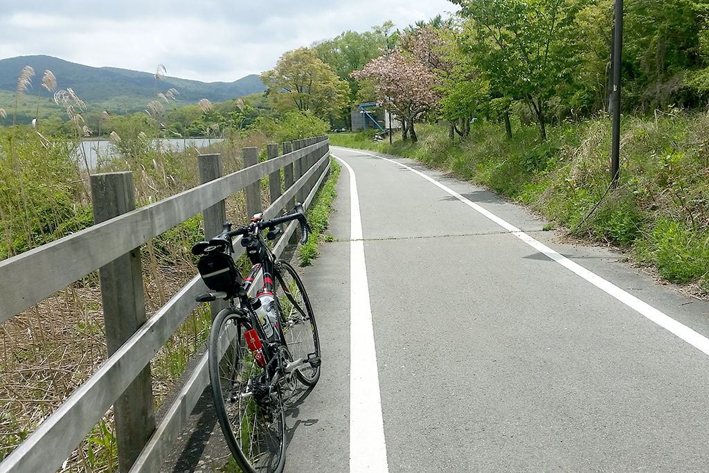 湖畔のサイクリングロードも閑散としています