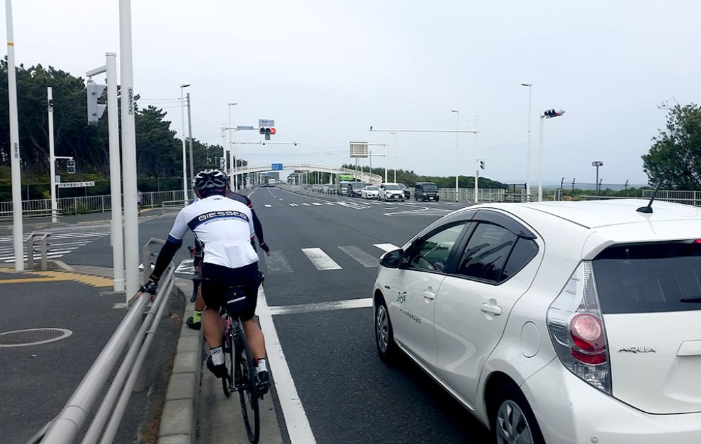 多くのサイクリストが走る国道134号 向こうに海が見えます