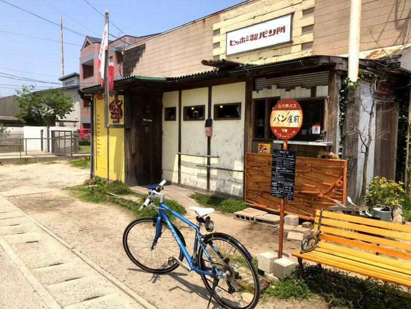 パン屋前、バス停、看板