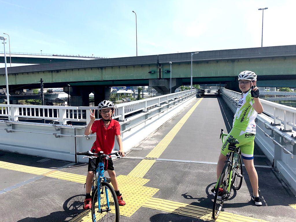 花博記念公園口交差点の自転車用の横断通路を登ると