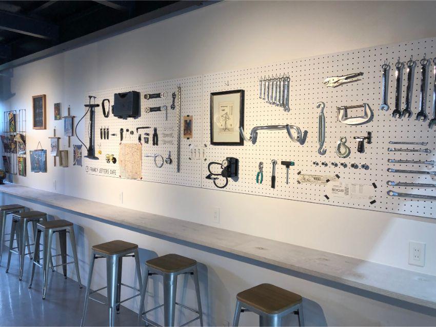 FRANCY JEFFERS CAFE 壁一面の工具
